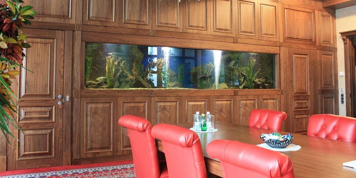 Речной аквариум с щуками и линями в кабинете.