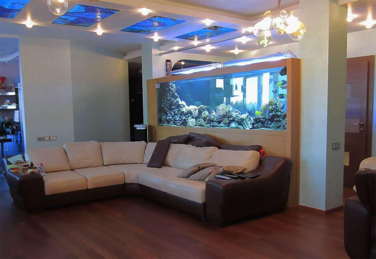 Морской аквариум, две тонны, в интерьере квартиры.