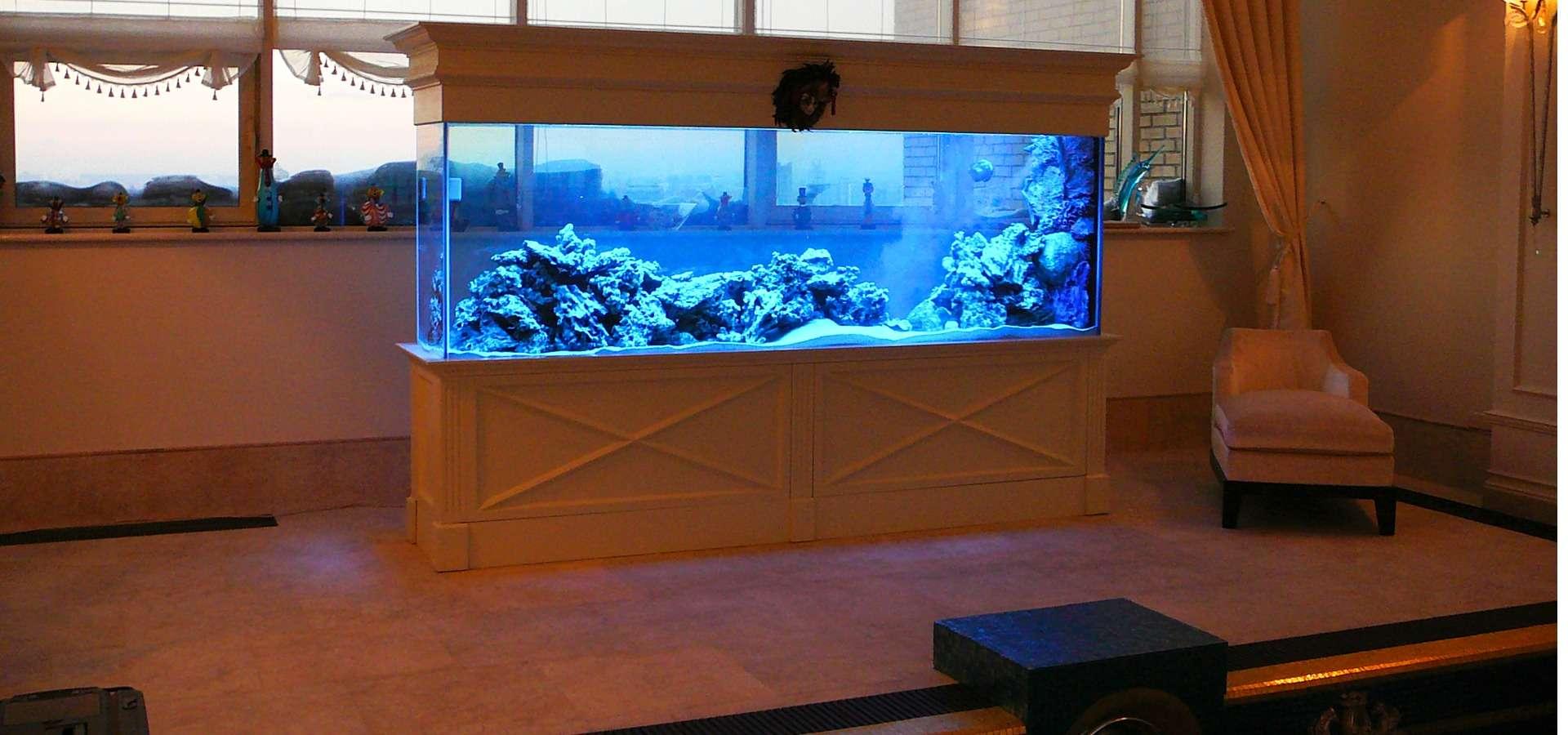 Морской аквариум в частном интерьере.